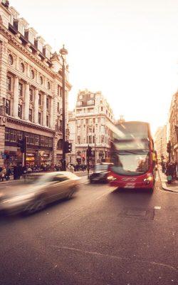 mu60-london-city-street-people-winter-flare