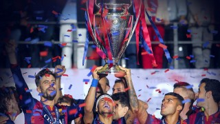 BERLIN, June 7, 2015 (Xinhua) -- Neymar (C) of FC Barcelona holds up the trophy after the UEFA Champions League final match between Juventus F