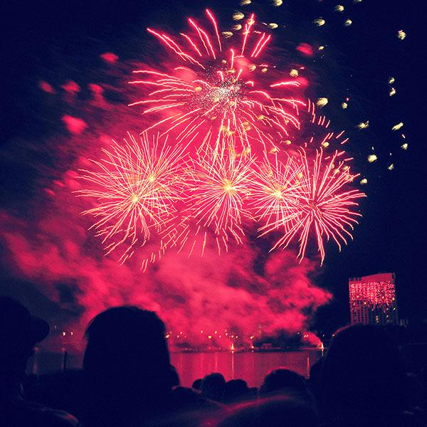 iPapers.co-Apple-iPhone-iPad-Macbook-iMac-wallpaper-aa21-fireworks-shaking-dark-art