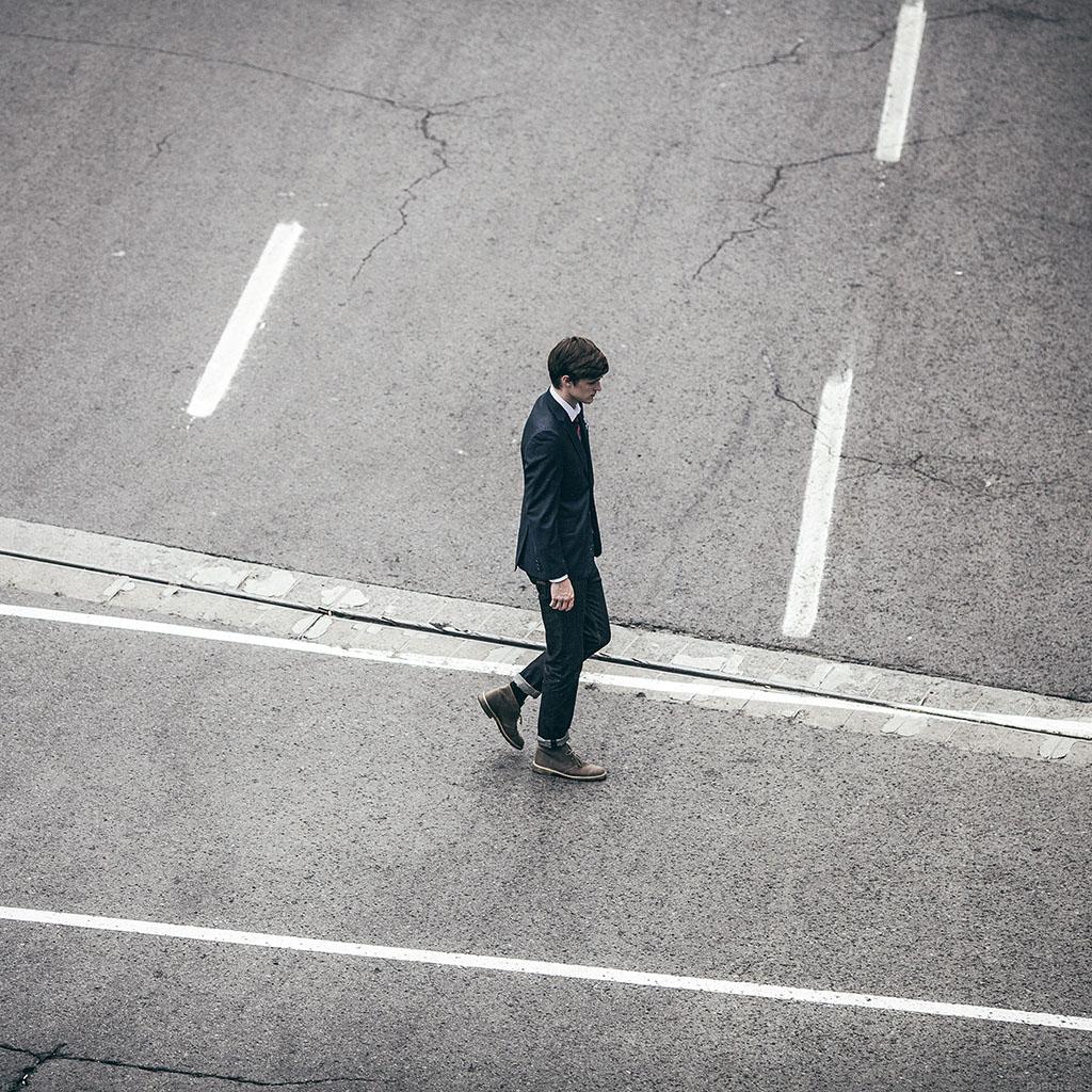 android-wallpaper-ab93-wallpaper-dude-walking-street-wallpaper