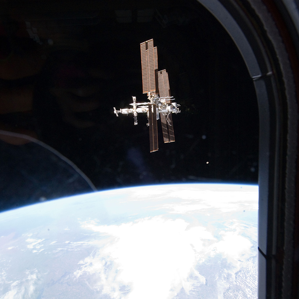 android-wallpaper-ao03-in-space-station-night-earth-view-nature-wallpaper