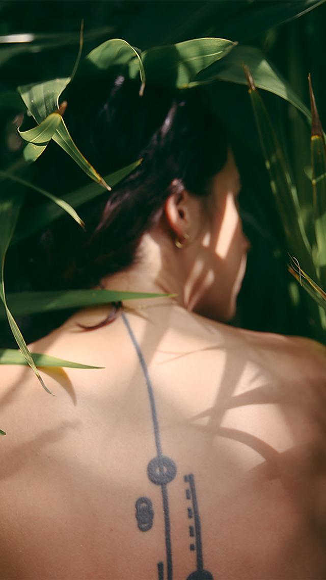 freeios8.com-iphone-4-5-6-plus-ipad-ios8-bf99-girl-in-wood-leaf-nature-art