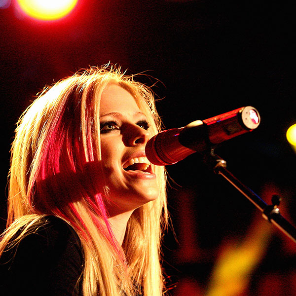 iPapers.co-Apple-iPhone-iPad-Macbook-iMac-wallpaper-hb39-wallpaper-avril-lavigne-sing-concert