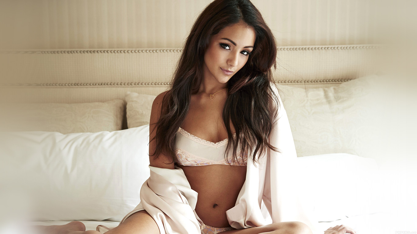 desktop-wallpaper-laptop-mac-macbook-airhf45-sexy-melanie-iglesias-bedtime-model-wallpaper
