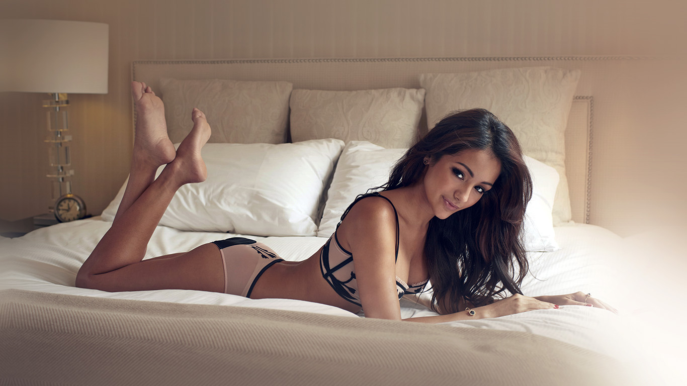desktop-wallpaper-laptop-mac-macbook-airhf76-melanie-iglesias-sexy-model-bed-wallpaper