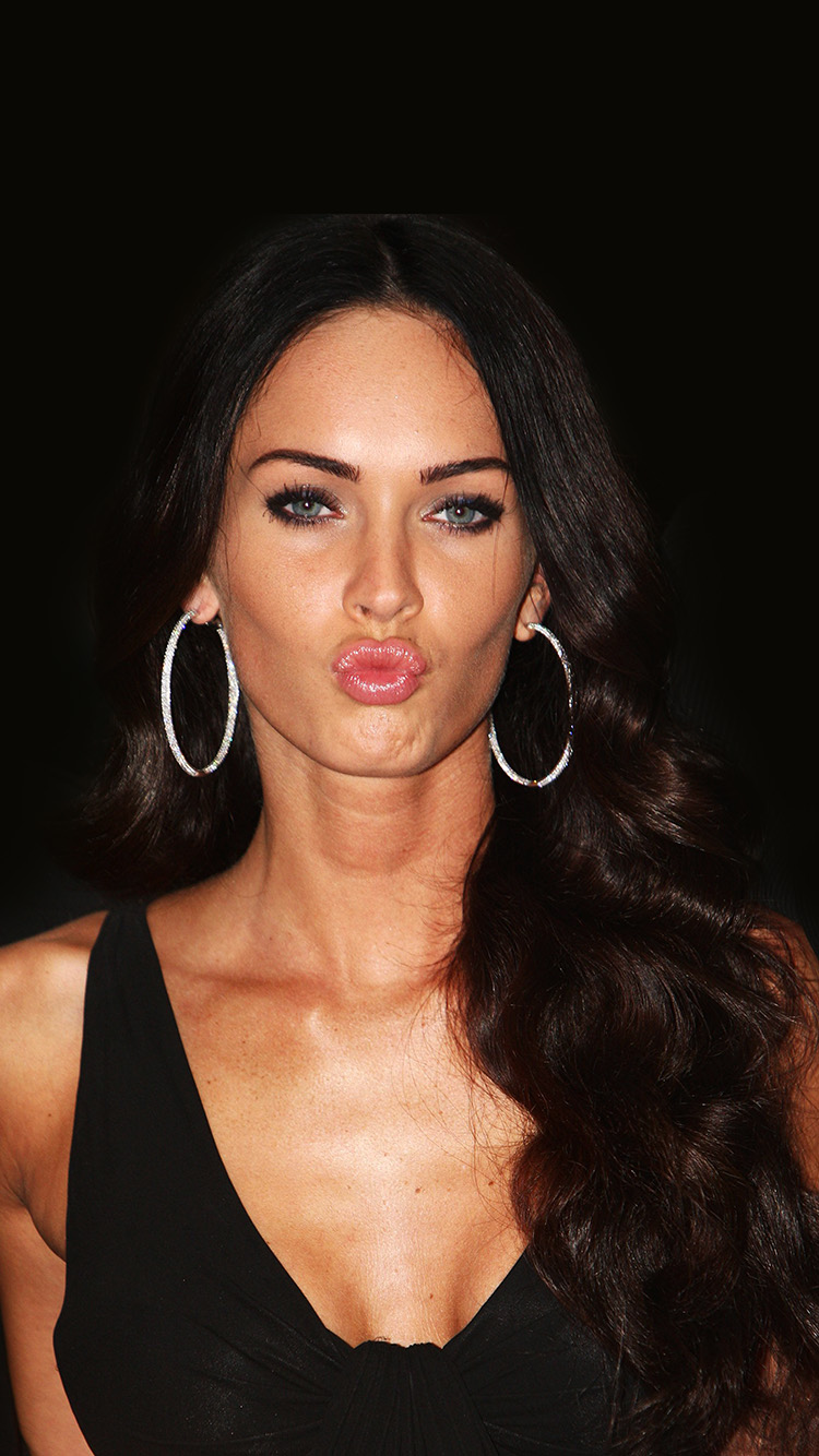 iPhone7papers.com-Apple-iPhone7-iphone7plus-wallpaper-hg89-megan-fox-dark-cute-kiss-celebrity