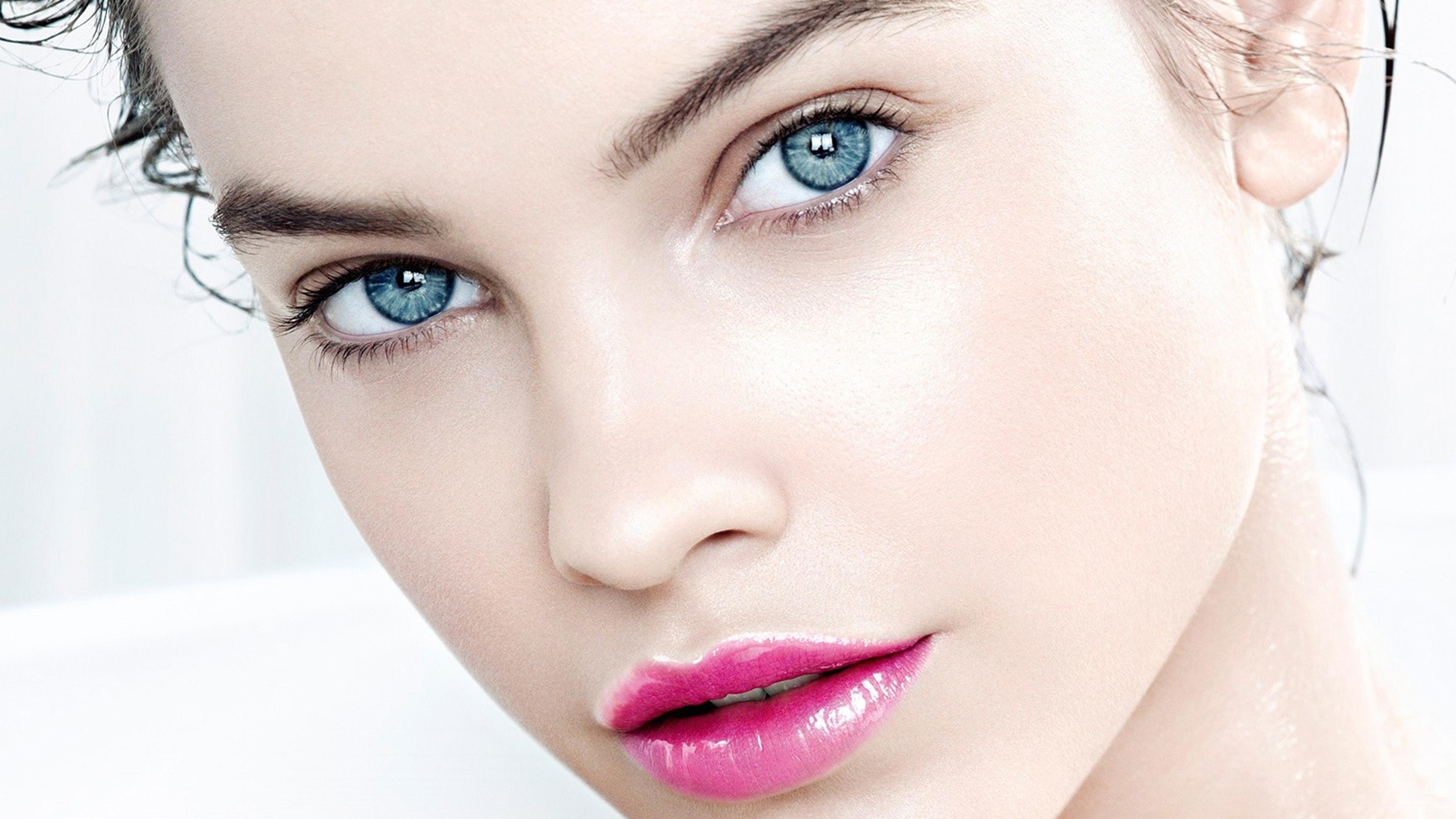 Adolescentes adolescente de ojos azules sobre sofaacute - 2 7