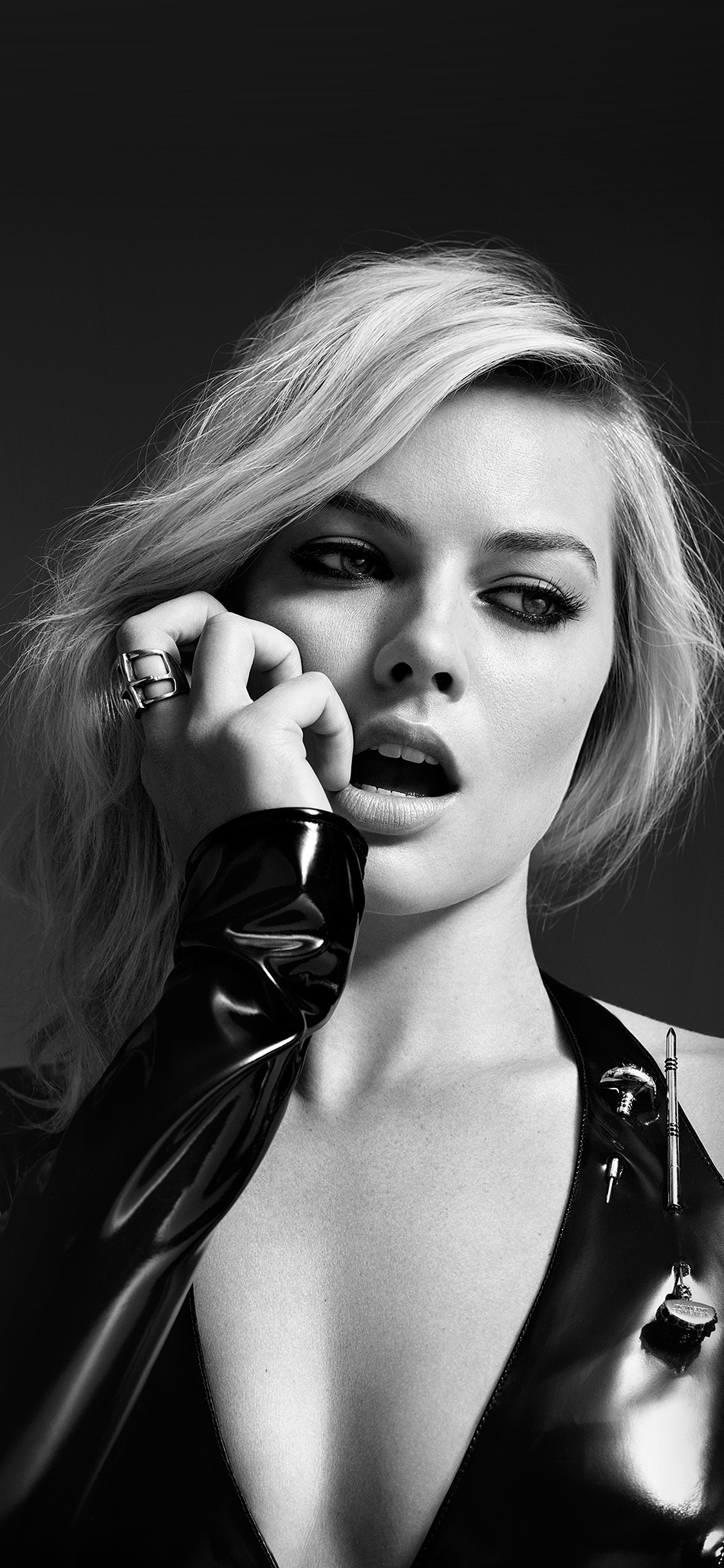 iPhoneXpapers.com-Apple-iPhone-wallpaper-hj29-margot-robbie-bw-photo-celebrity-girl