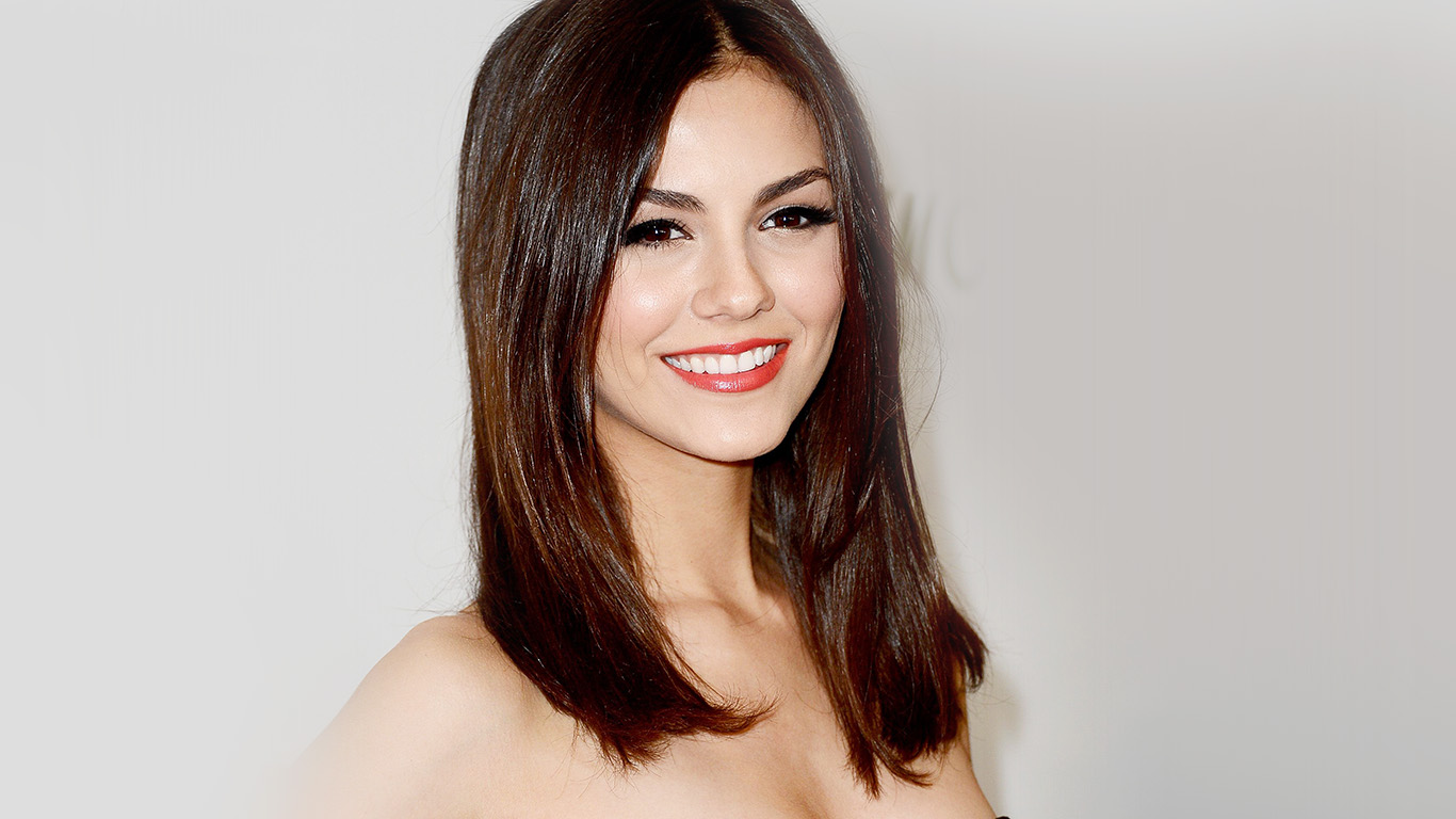 desktop-wallpaper-laptop-mac-macbook-air-hj88-victoria-justice-black-dress-smile-wallpaper