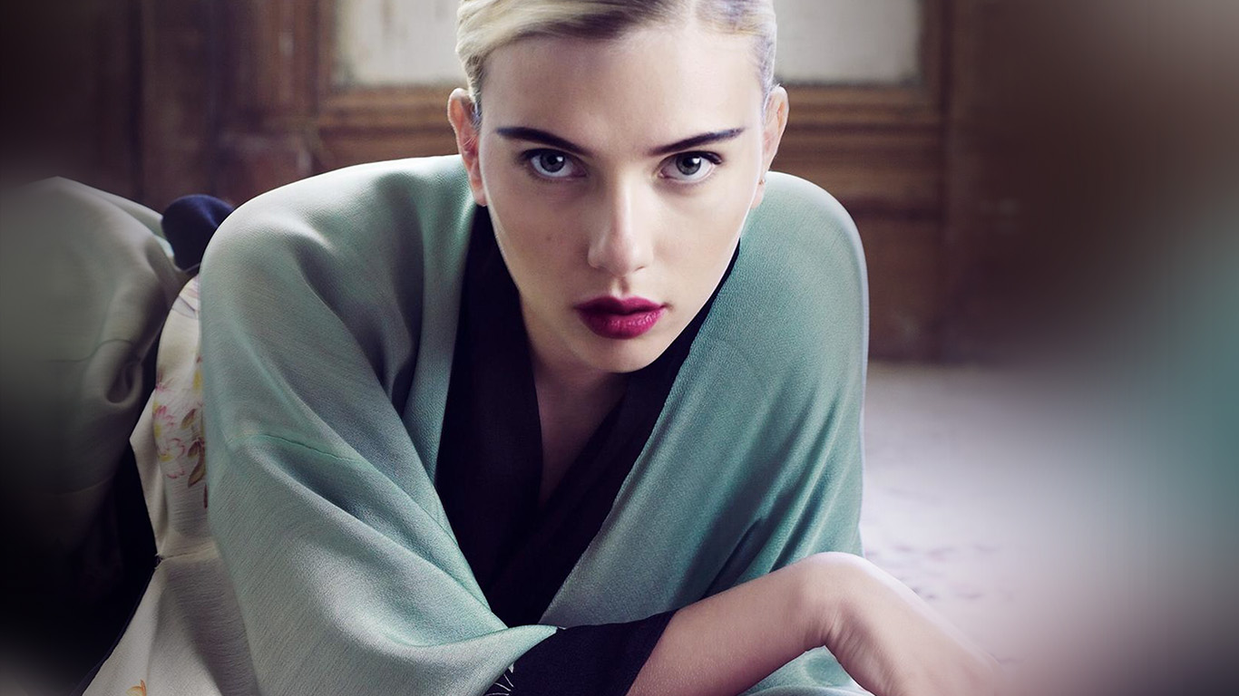 desktop-wallpaper-laptop-mac-macbook-air-hk65-scarlett-johansson-actress-girl-bed-model-wallpaper