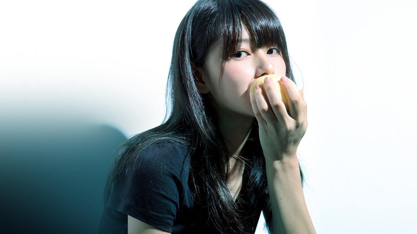 desktop-wallpaper-laptop-mac-macbook-air-hl60-girl-asian-eating-apple-cute-wallpaper