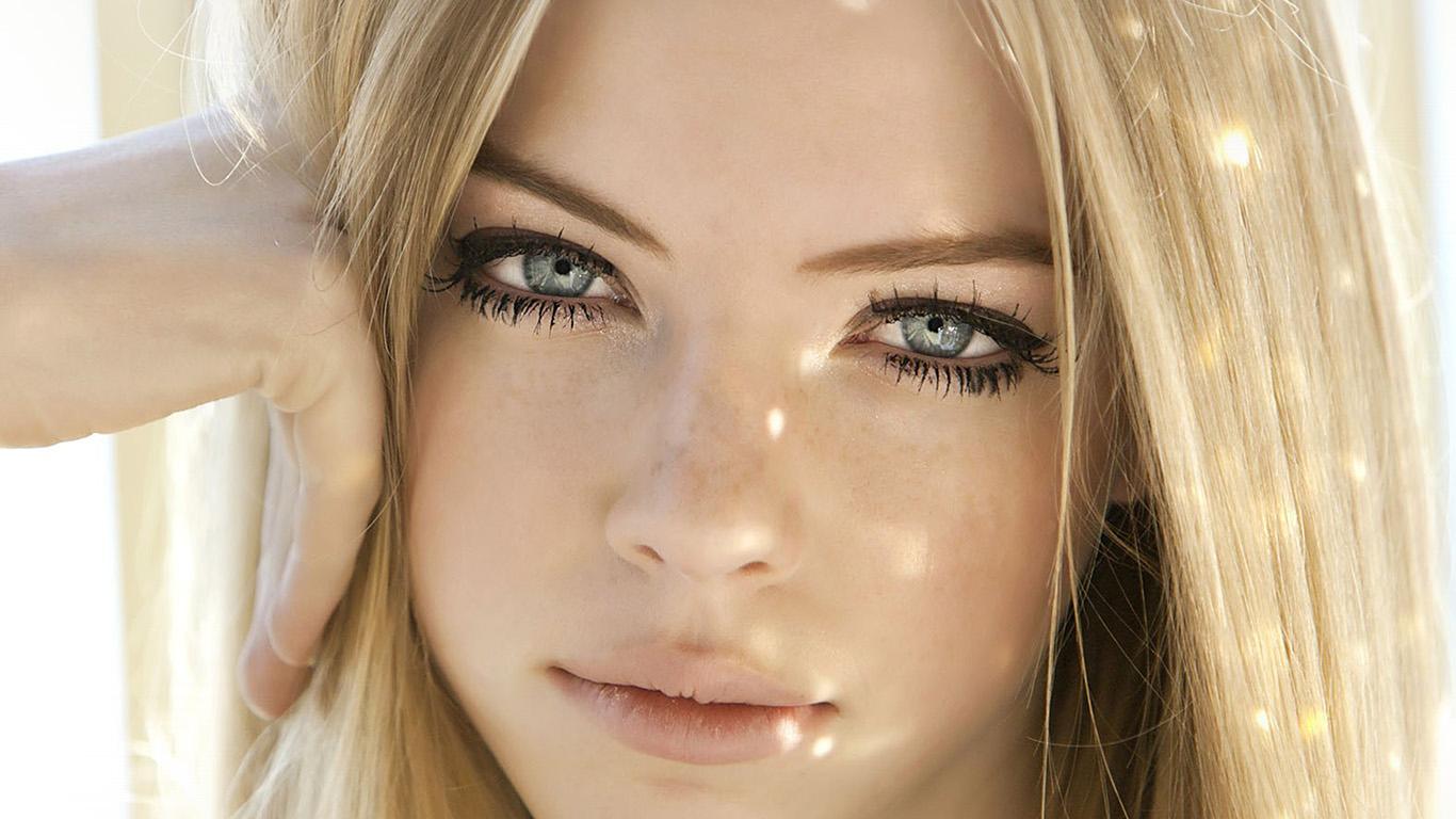 desktop-wallpaper-laptop-mac-macbook-air-hm06-girl-face-blonde-beauty-wallpaper