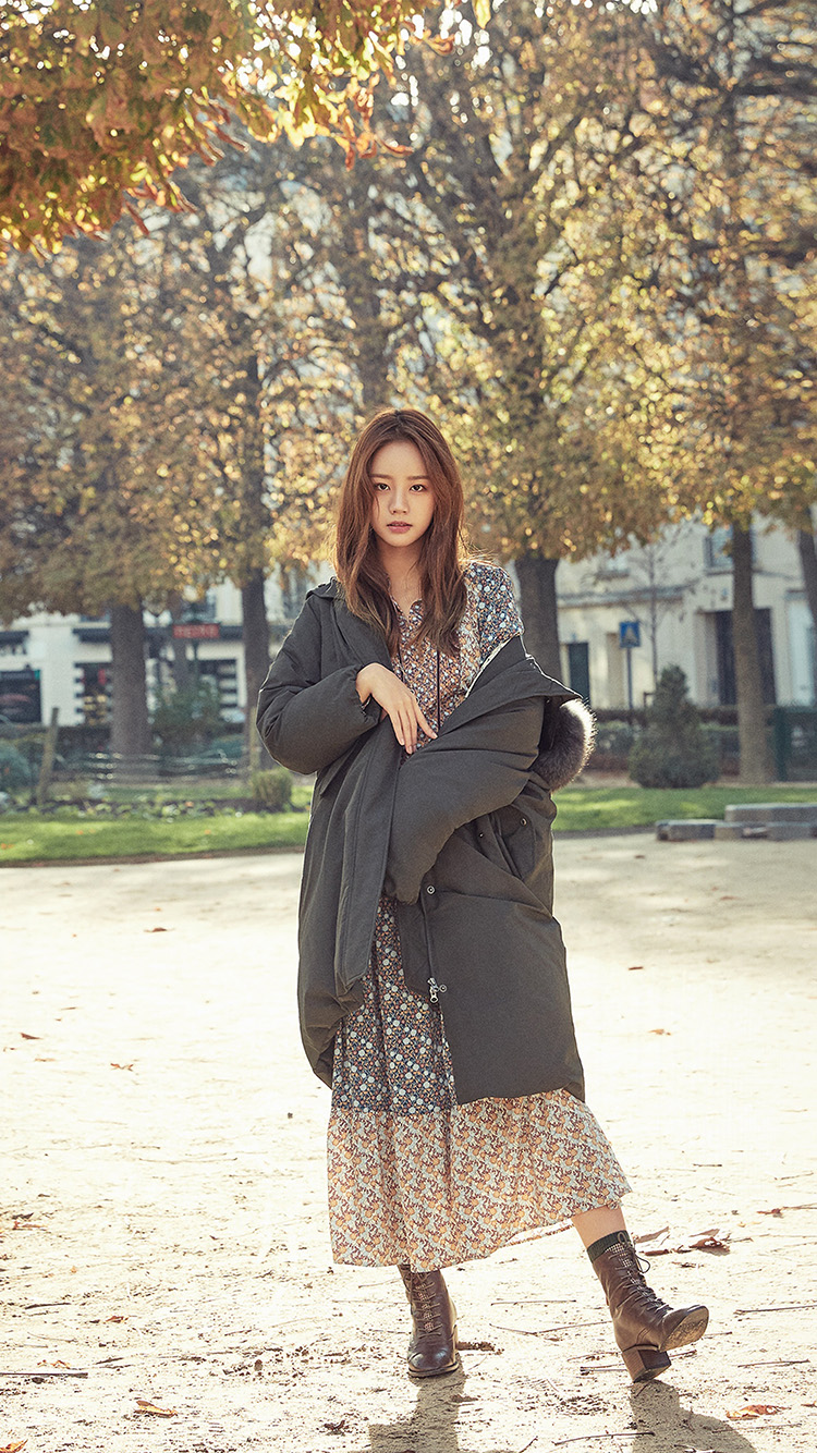 iPhonepapers.com-Apple-iPhone-wallpaper-hr55-kpop-girl-hyeri-girlsday-fall-tree-autumn