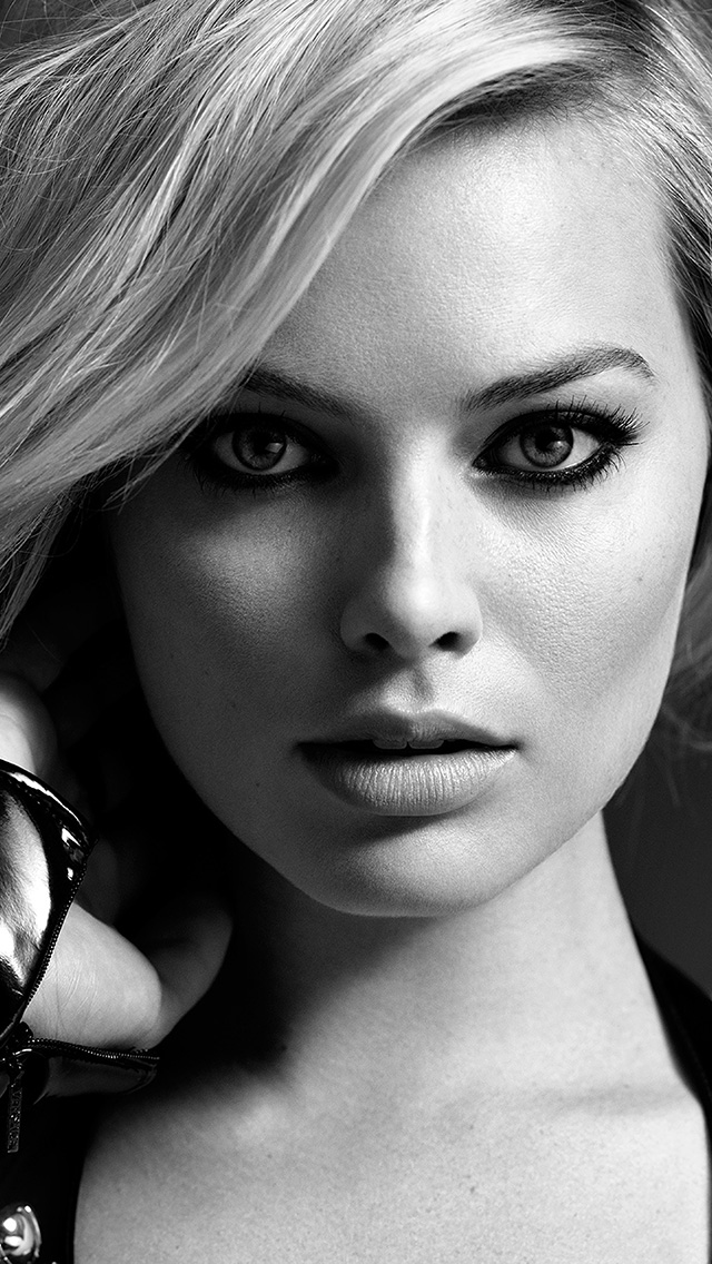 freeios8.com-iphone-4-5-6-plus-ipad-ios8-hr76-girl-face-margot-robbie-face-bw-dark