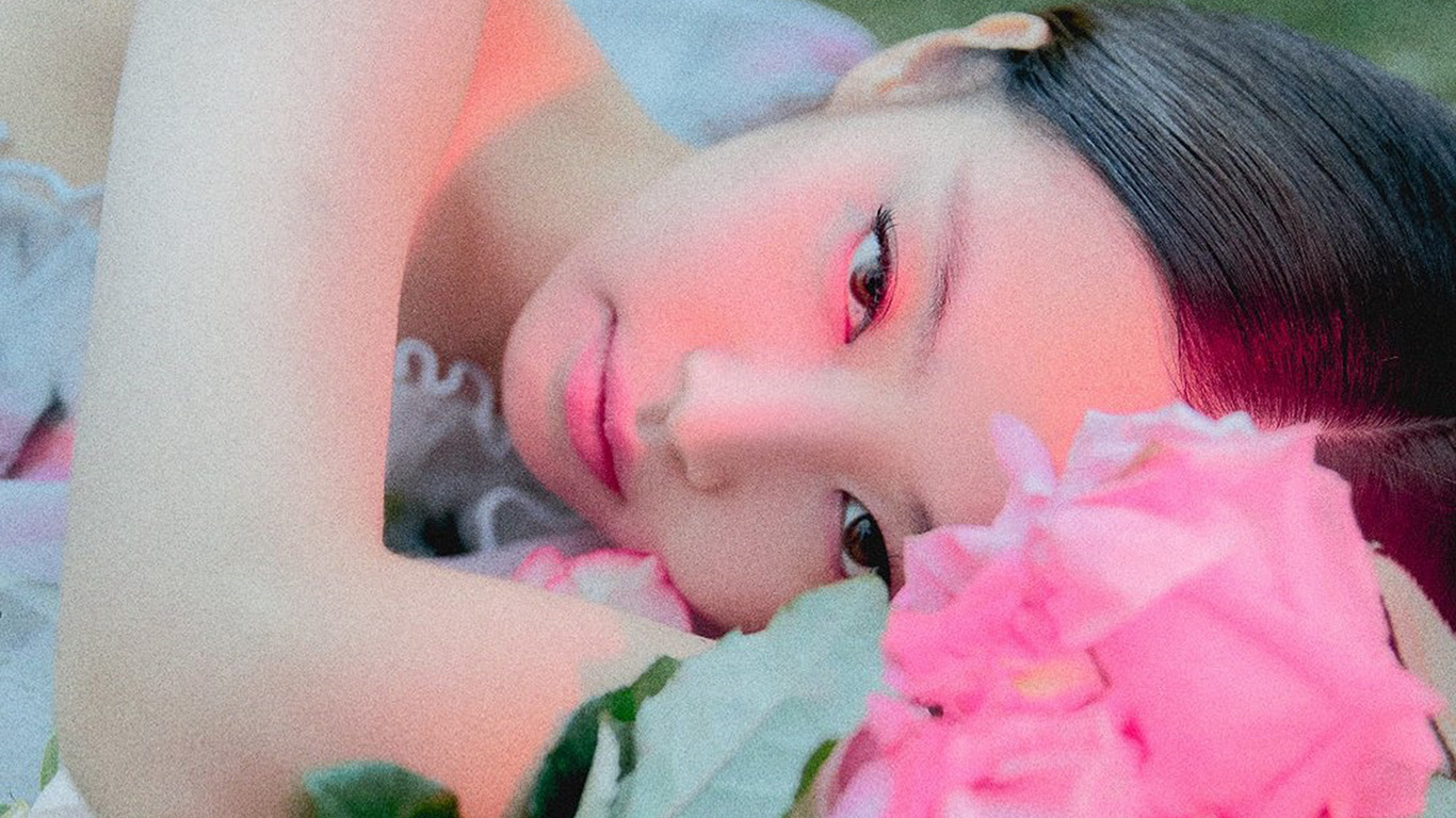 desktop-wallpaper-laptop-mac-macbook-air-hs69-jennie-flower-pink-park-summer-music-kpop-wallpaper