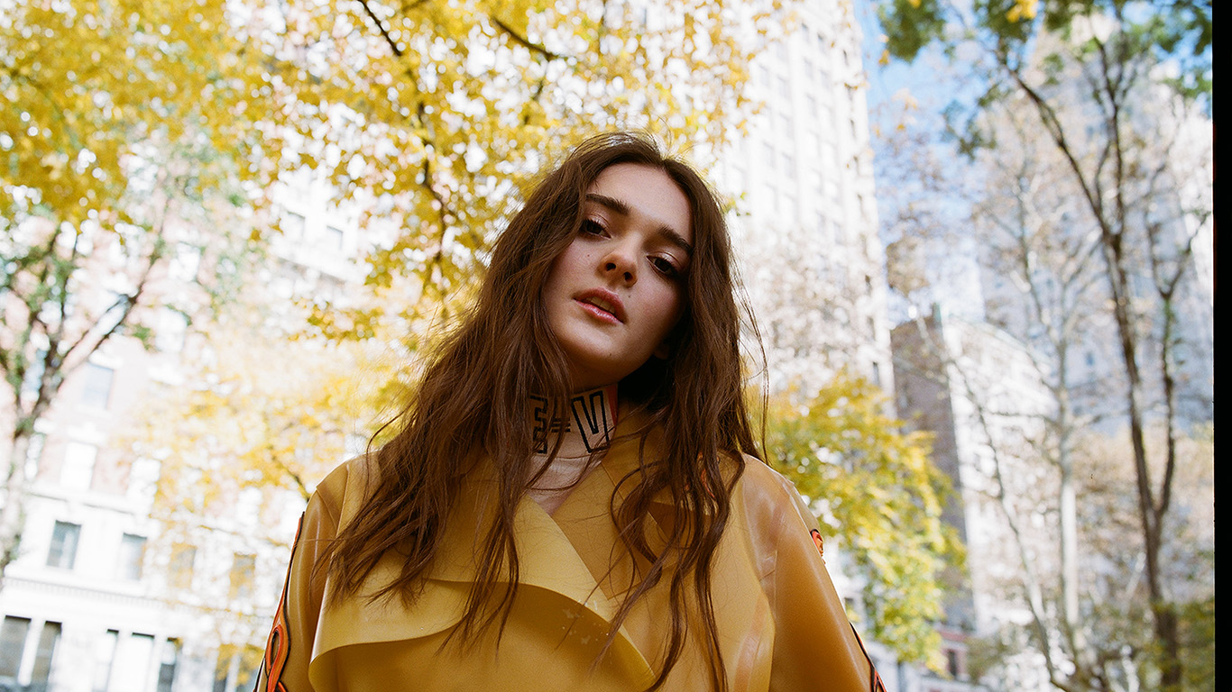 desktop-wallpaper-laptop-mac-macbook-air-hs80-film-girl-yellow-building-city-face-wallpaper