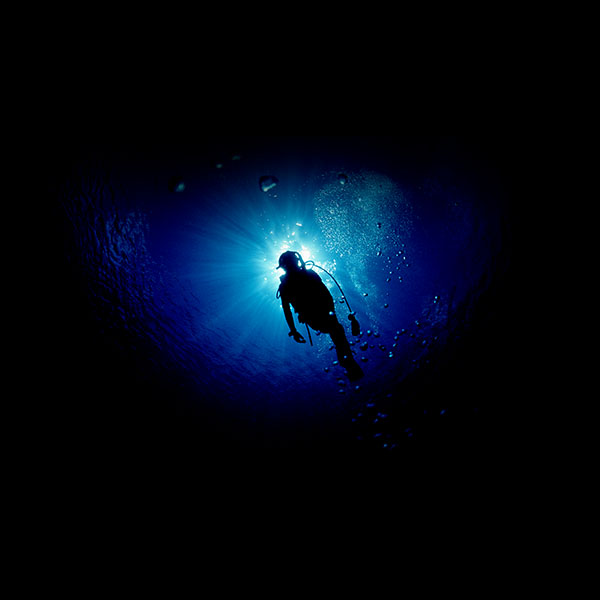 iPapers.co-Apple-iPhone-iPad-Macbook-iMac-wallpaper-me21-deep-blue-ocean-dive