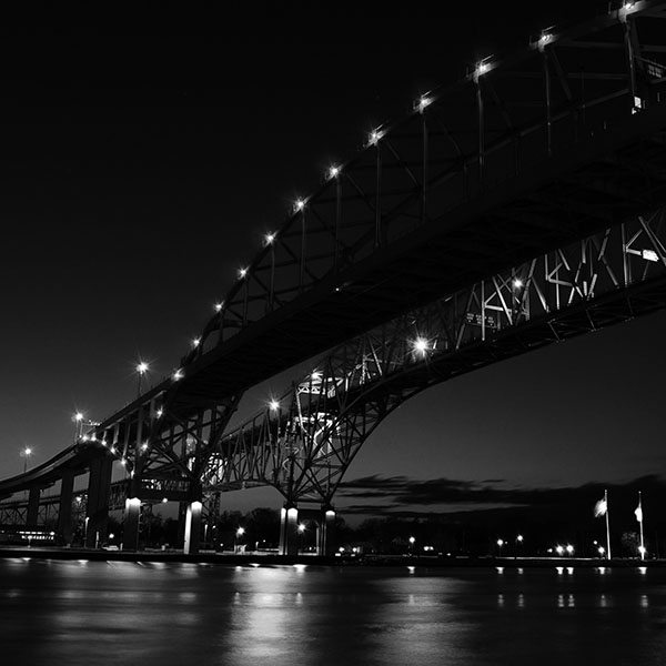 iPapers.co-Apple-iPhone-iPad-Macbook-iMac-wallpaper-ml43-bridge-to-usa-america-bw-dark-river-nature-city-wallpaper