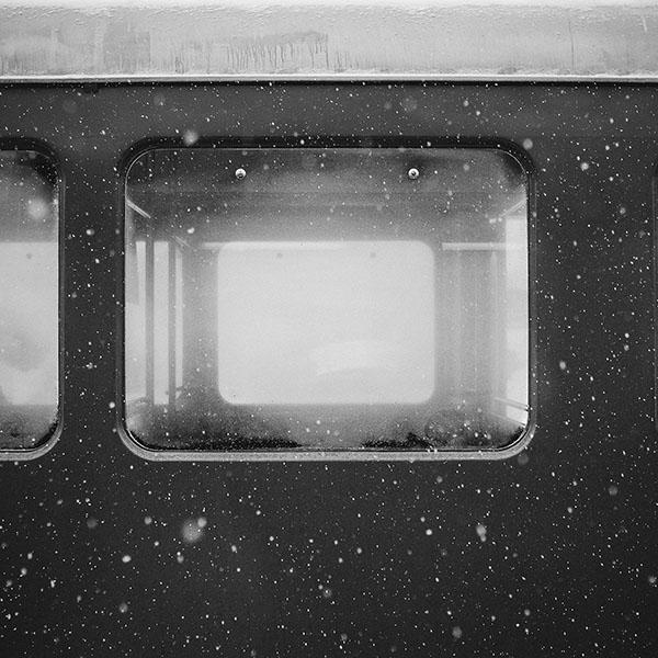 iPapers.co-Apple-iPhone-iPad-Macbook-iMac-wallpaper-mn95-snow-winter-train-samuel-zeller-dark-bw-wallpaper