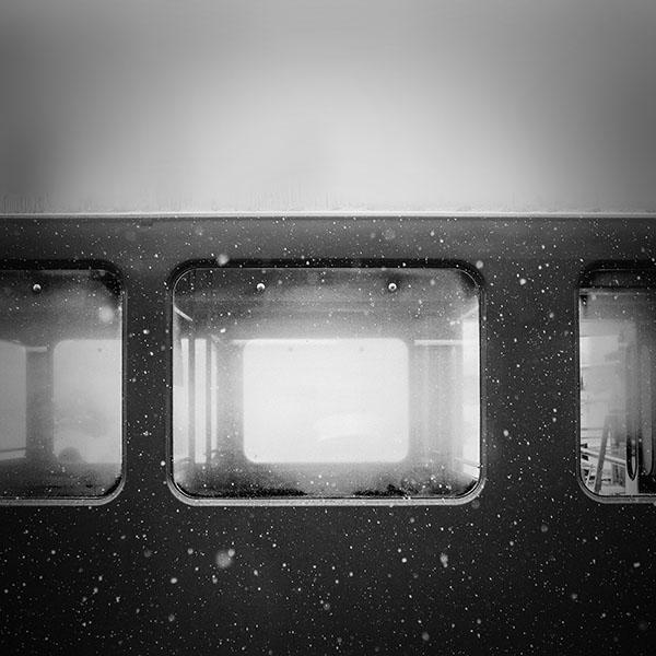 iPapers.co-Apple-iPhone-iPad-Macbook-iMac-wallpaper-mn96-snow-winter-train-samuel-zeller-dark-bw-vignette-wallpaper