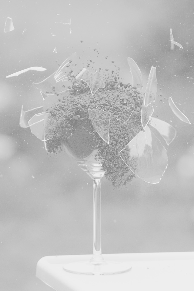 freeios7.com-iphone-4-iphone-5-ios7-wallpaperms29-glass-breaking-nature-art-white-bw-iphone4