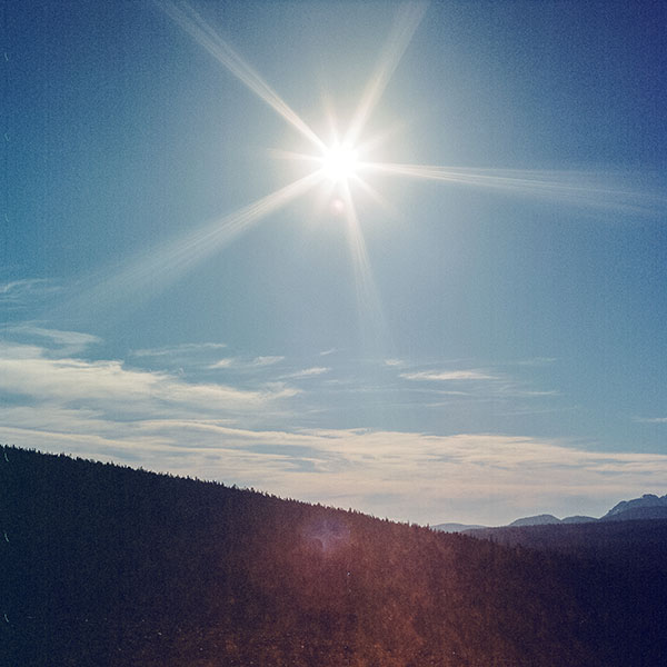 iPapers.co-Apple-iPhone-iPad-Macbook-iMac-wallpaper-ms48-sunny-day-mountain-sky-blue-clear-nature-flare-wallpaper