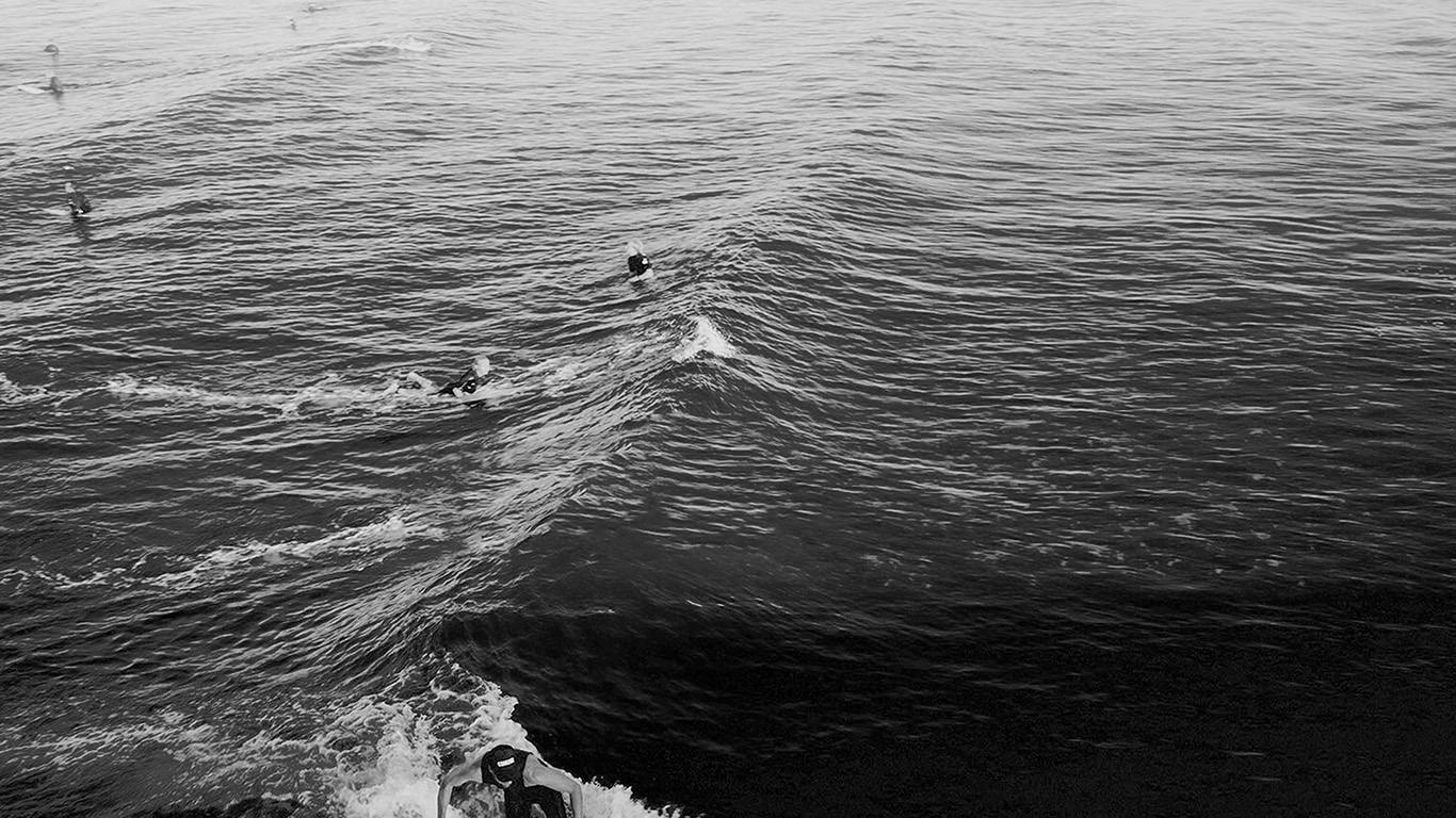 desktop-wallpaper-laptop-mac-macbook-air-ms61-surfing-wave-summer-sea-ocean-dark-bw-wallpaper
