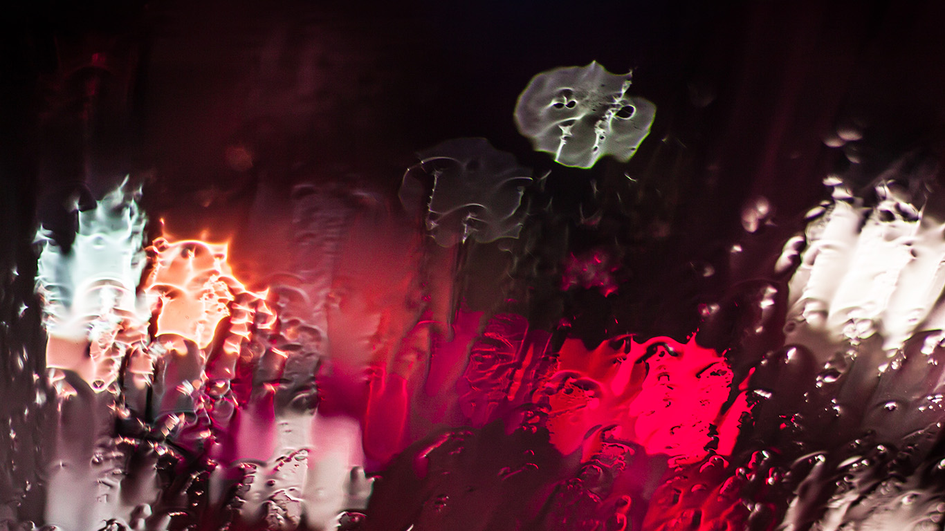 desktop-wallpaper-laptop-mac-macbook-airmt23-raining-window-bokeh-red-light-wallpaper