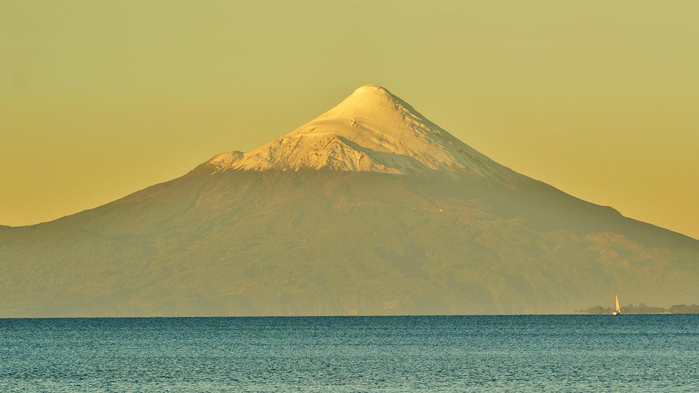 desktop-wallpaper-laptop-mac-macbook-airmt29-snow-mountain-yellow-green-sea-wallpaper