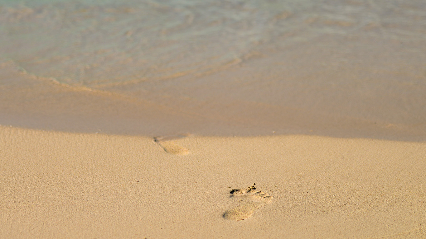 desktop-wallpaper-laptop-mac-macbook-airmt59-sea-beach-footprint-vacation-summer-wallpaper