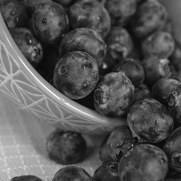 iPapers.co-Apple-iPhone-iPad-Macbook-iMac-wallpaper-mt69-summer-berry-grape-food-nature-dark-bw-wallpaper