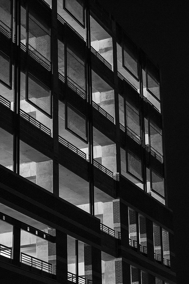 Freeios7 mu17 bw night building window dark architecture for Architecture wallpaper windows 7