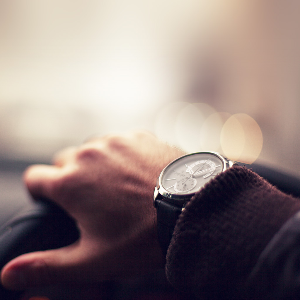 wallpaper-mv81-driving-car-hand-watch-rich-city-blue-bokeh-wallpaper