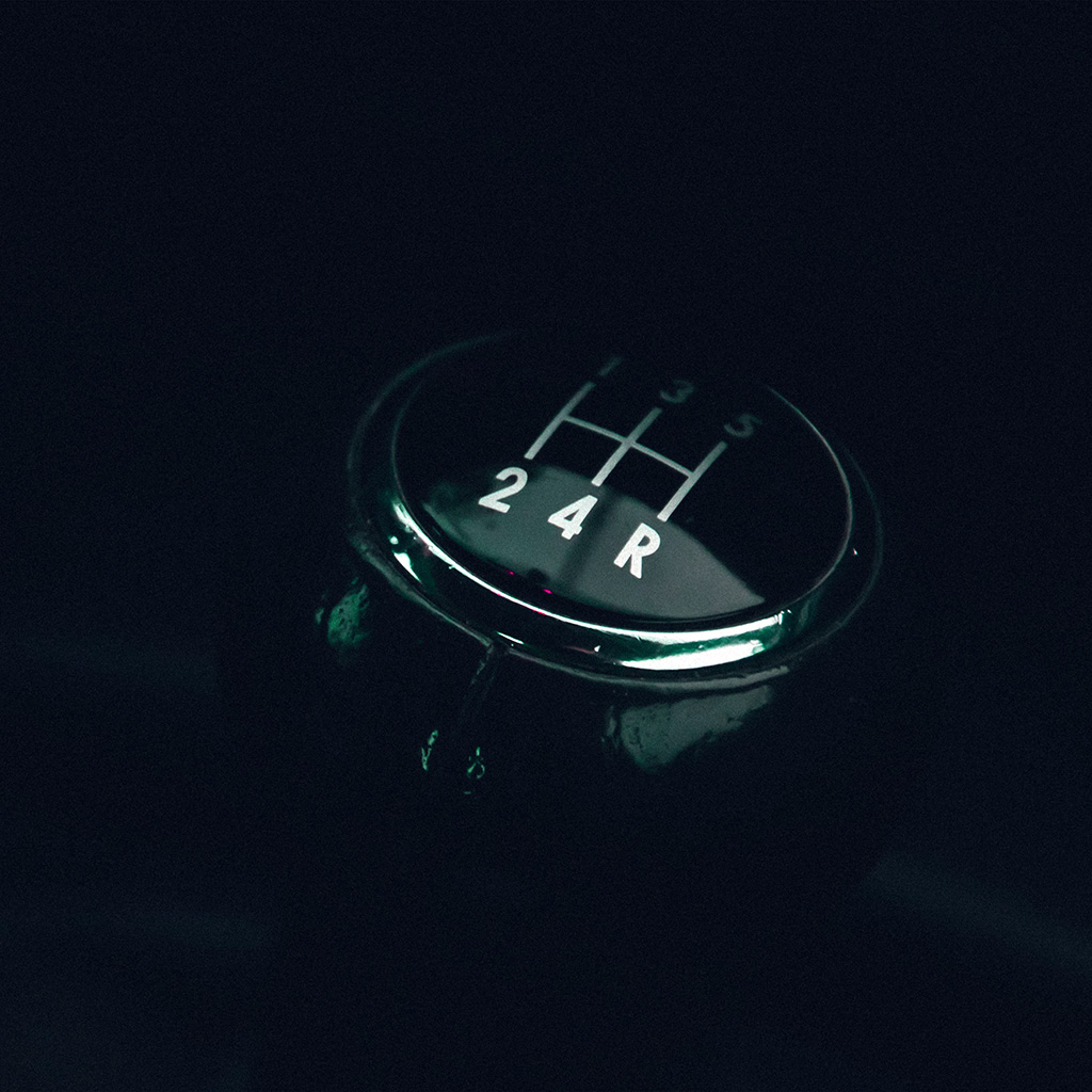 wallpaper-mw98-stick-car-drive-minimal-dark-blue-wallpaper