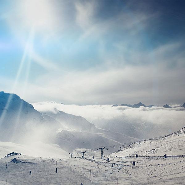 iPapers.co-Apple-iPhone-iPad-Macbook-iMac-wallpaper-nb13-snow-ski-winter-play-mountain-sunny-bokeh-flare-blue-wallpaper