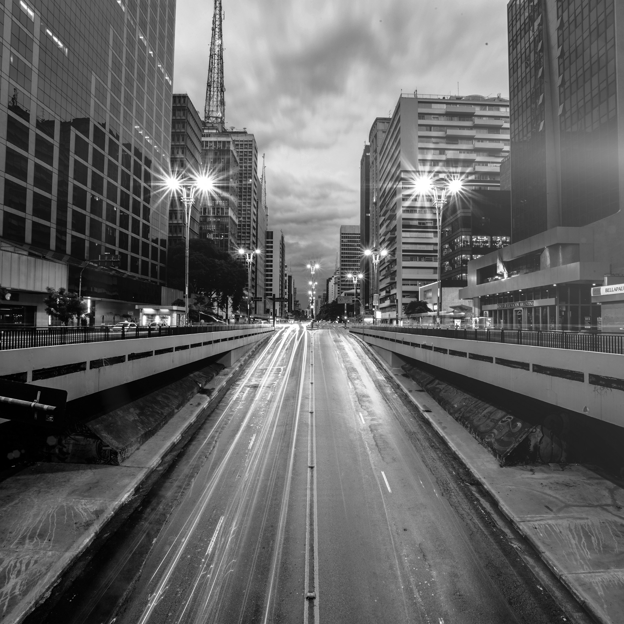 nd21-city-street-light-bw-night-car-wallpaper