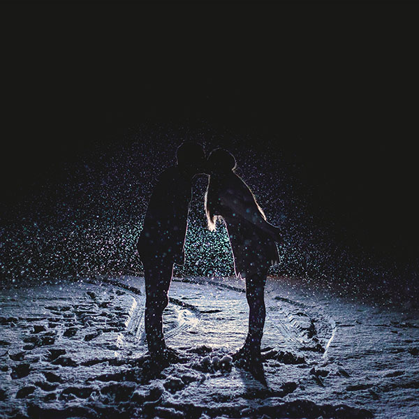 iPapers.co-Apple-iPhone-iPad-Macbook-iMac-wallpaper-nf33-kiss-love-dark-couple-romantic-winter-wallpaper