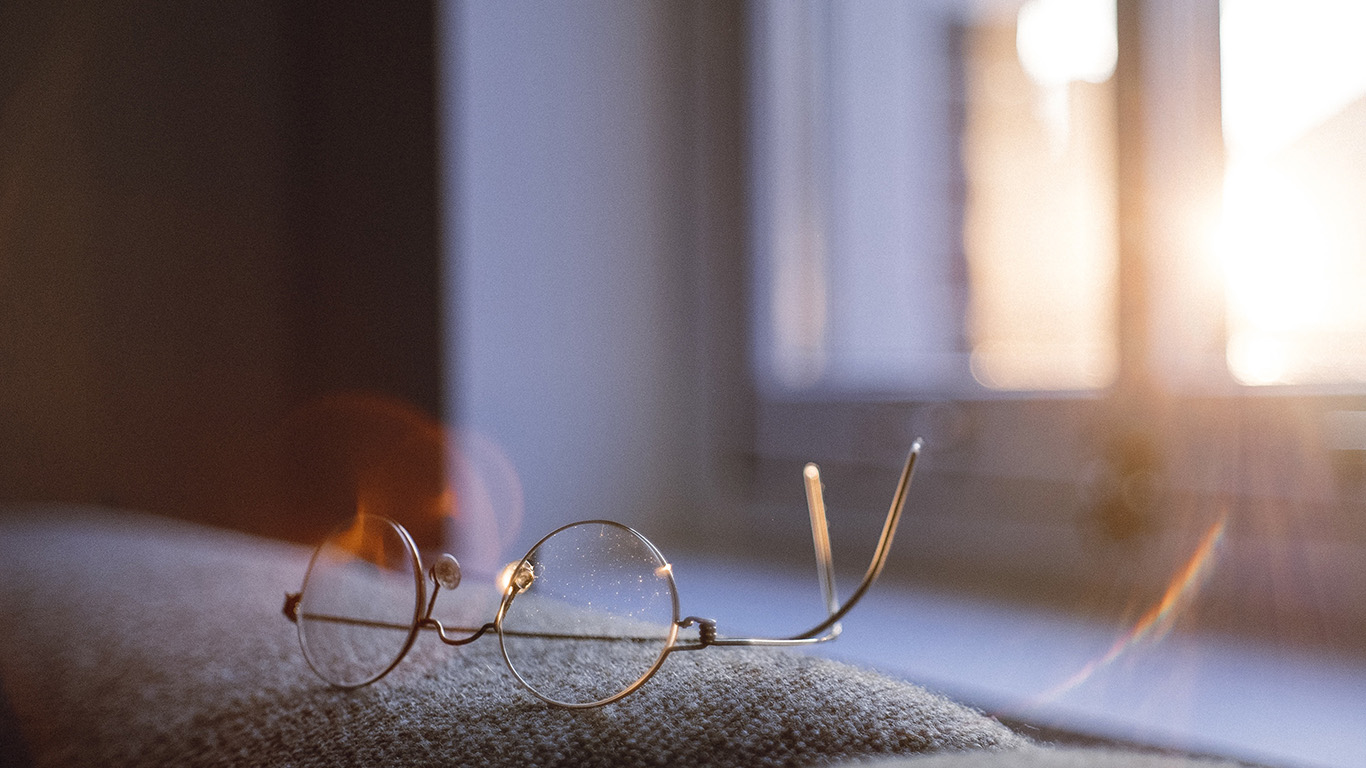 desktop-wallpaper-laptop-mac-macbook-air-nh00-lonly-quiet-day-home-glasses-sunlight-wallpaper