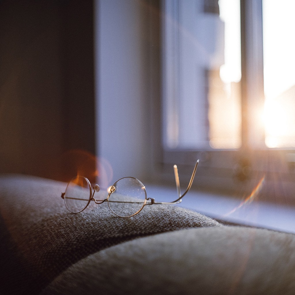 android-wallpaper-nh00-lonly-quiet-day-home-glasses-sunlight-wallpaper