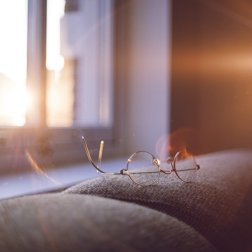 wallpaper-nh01-lonely-quiet-day-home-glasses-sunlight-flare-wallpaper