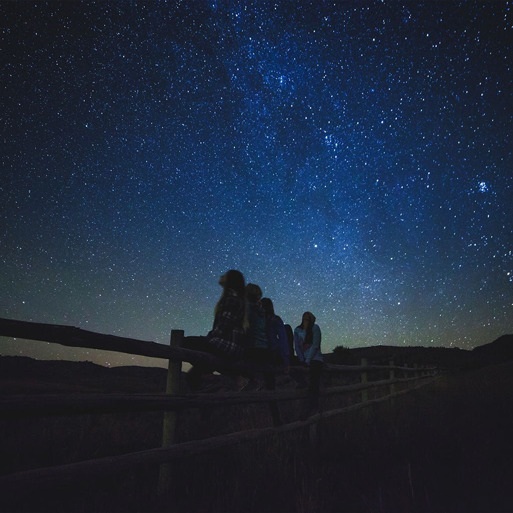 wallpaper-ni32-night-watch-star-gazing-girl-summer-romantic-wallpaper