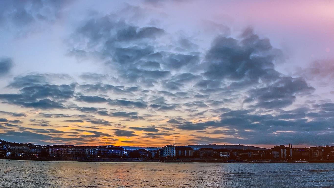 desktop-wallpaper-laptop-mac-macbook-air-nn11-city-river-lake-cloudy-sunset-flare-wallpaper