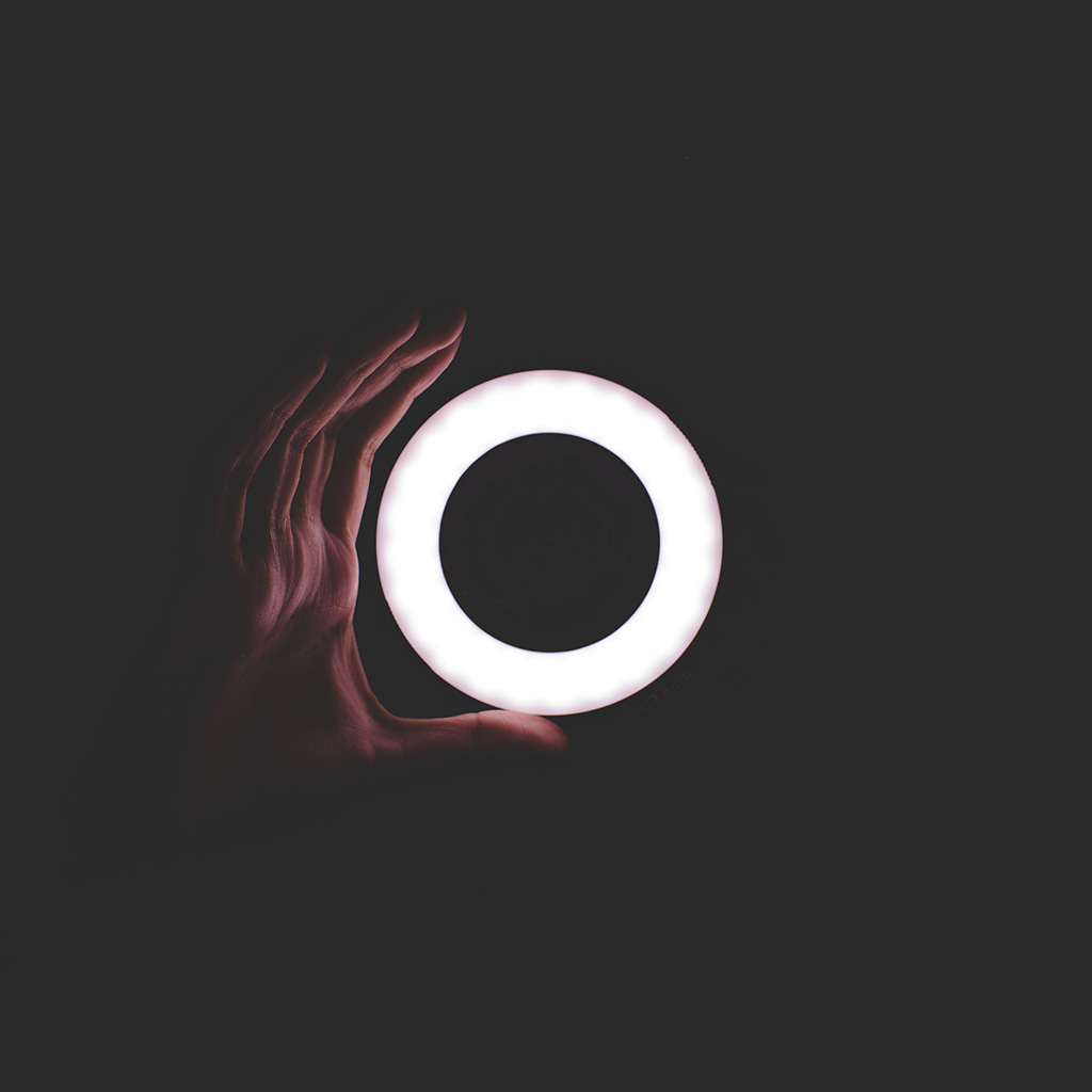 android-wallpaper-nq47-circle-hand-dark-ring-simple-nature-wallpaper