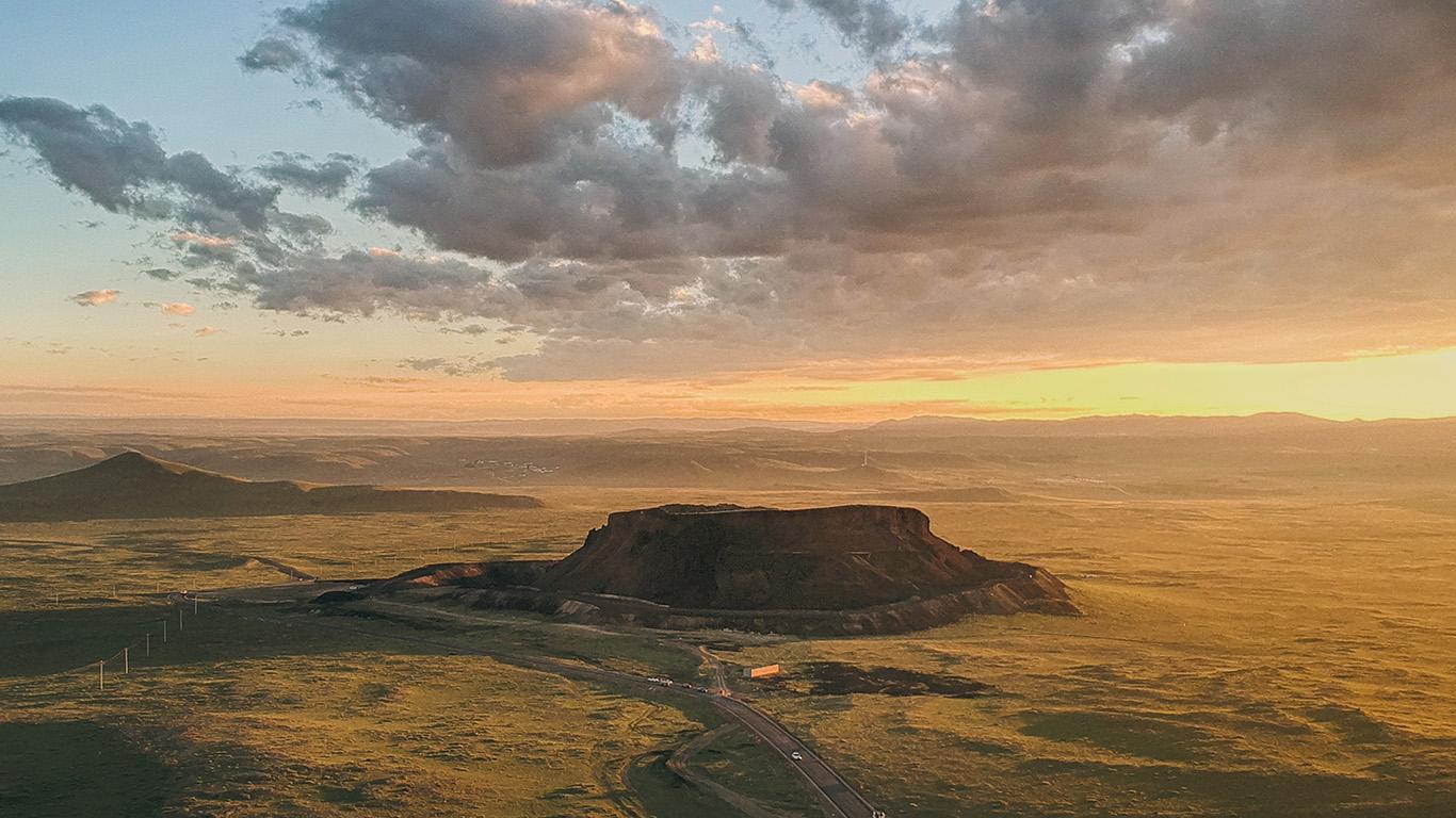 desktop-wallpaper-laptop-mac-macbook-air-oa05-sunset-field-mountain-nature-cloud-wallpaper