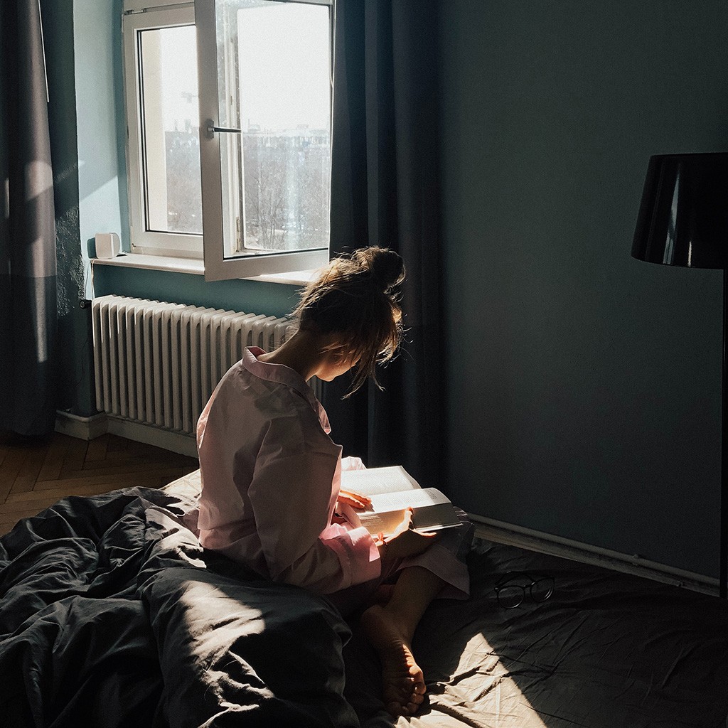 wallpaper-ob61-girl-reading-sunlight-home-city-nature-wallpaper