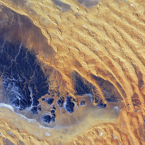 iPapers.co-Apple-iPhone-iPad-Macbook-iMac-wallpaper-vq67-sahara-desert-earthview-yellow-blue-pattern-nature-wallpaper